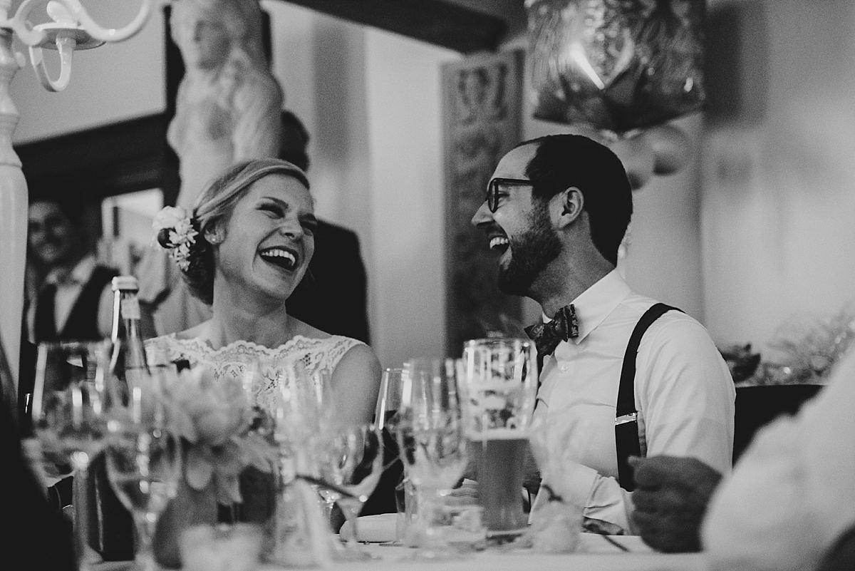 Hochzeitsfotografie Dorsten- Dinnersituation lachendes Brautpaar