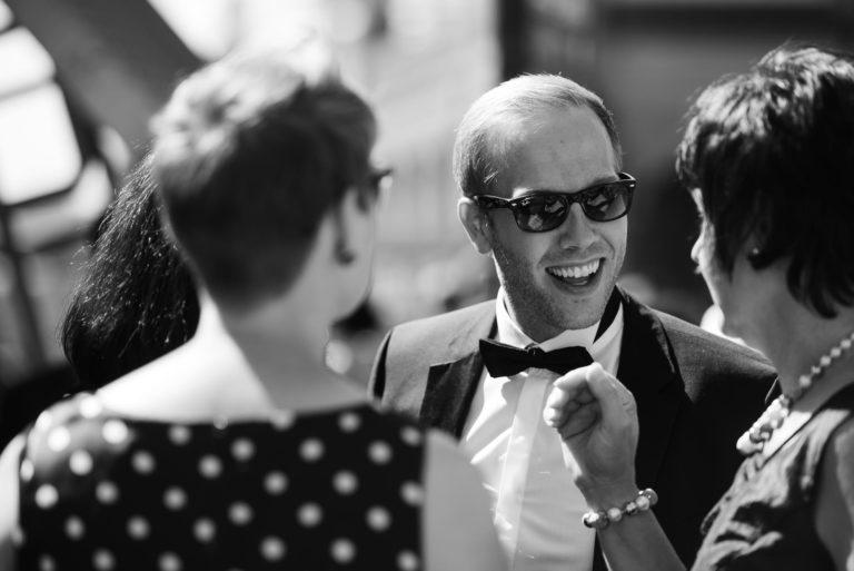Altonaer Kaispeicher- Hochzeitsfotografie Hamburg- Barkassenfahrt- lachender Gast.