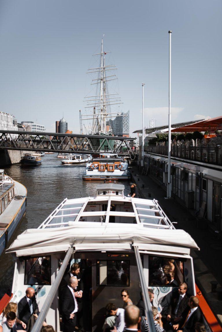 Altonaer Kaispeicher- Hochzeitsfotografie Hamburg- Barkassenfahrt- Anleger an den Landungsbrücken.
