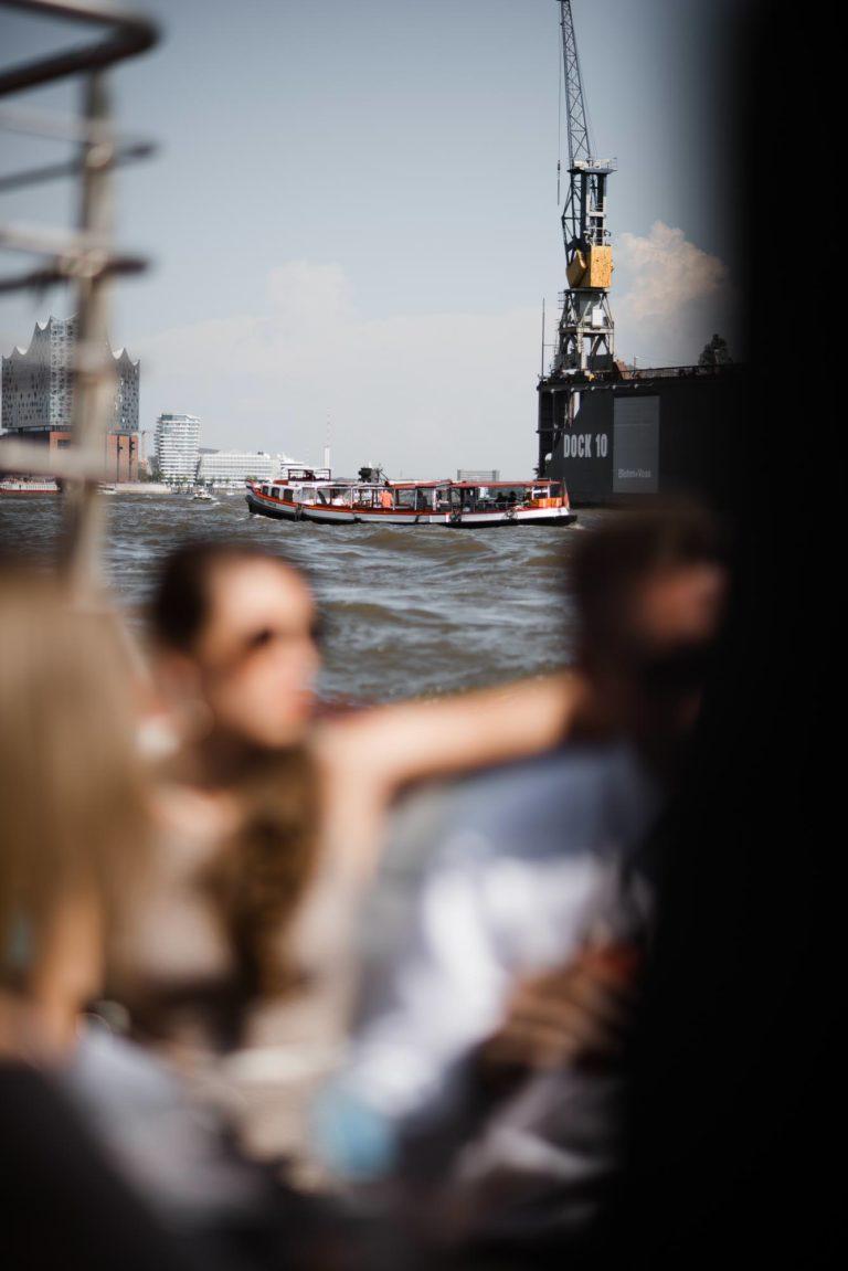 Altonaer Kaispeicher- Hochzeitsfotografie Hamburg- Barkassenfahrt- Detail Barkasse auf der Elbe