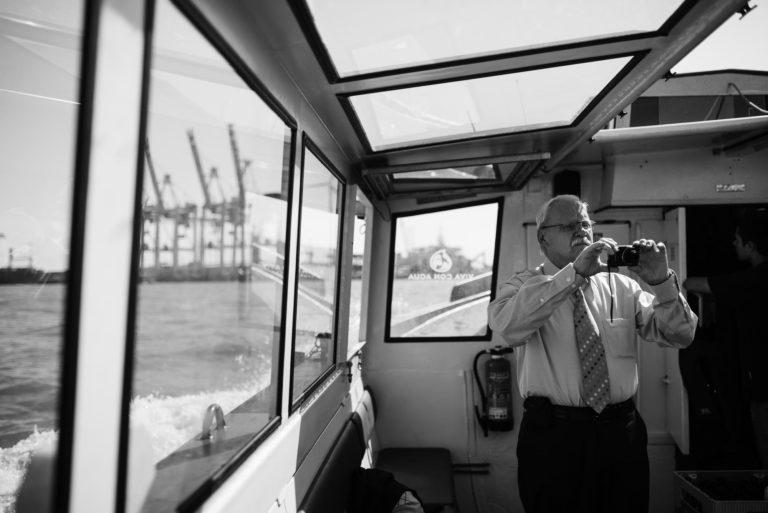 Altonaer Kaispeicher- Hochzeitsfotografie Hamburg- Barkassenfahrt- Detail fotografierender Gast.