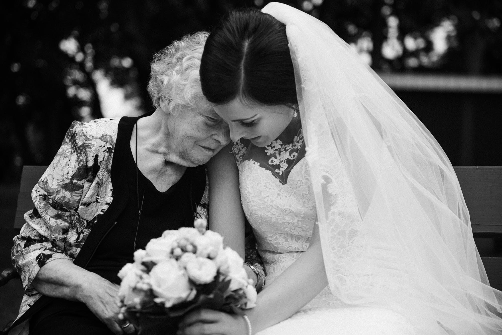 Erbhof Thedinghausen Hochzeitsfotografie - freie Trauung- Braut mit Großmutter.