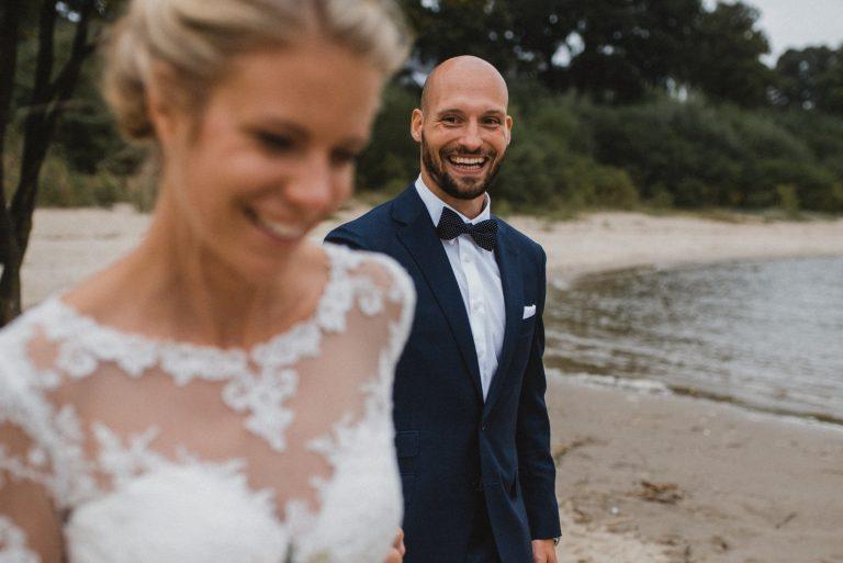 Hochzeitsfotografie Hamburg-Frau-Siemers-Brautpaar am Elbstrand-gehen hintereinander her