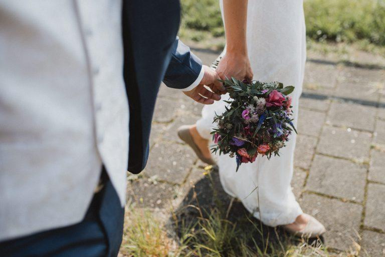 Hochzeitsfotografie Bremen-Frau-Siemers-Feuerwache-Hand in Hand
