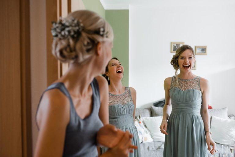 Hochzeitsfotografie Bremen- Hochzeitsdokumentation- Getting Ready- Lachende Trauzeuginnen.