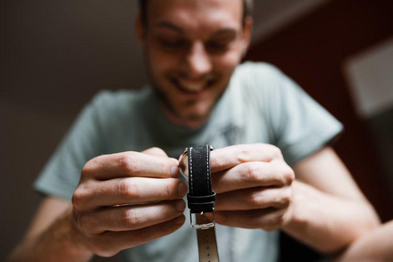 Hochzeitsfotografie Bremen- Hochzeitsdokumentation- Getting Ready- Bräutigam stellt seine Uhr.