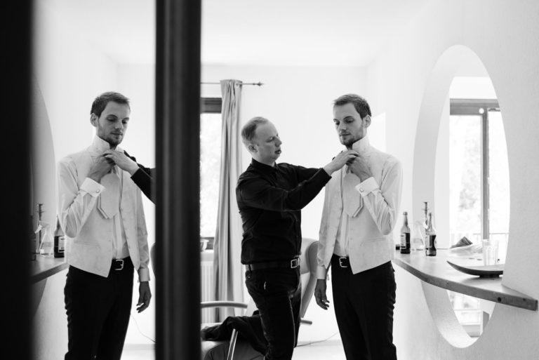 Hochzeitsfotografie Bremen- Hochzeitsdokumentation- Getting Ready- Bräutigam legt Plastron an.
