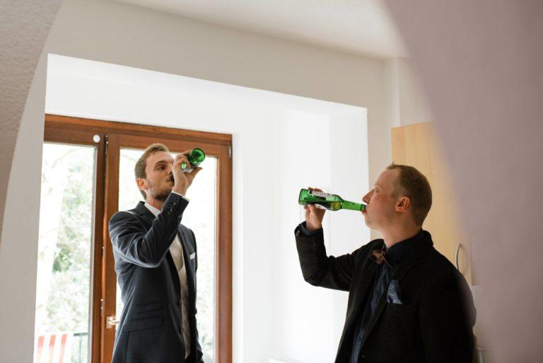 Hochzeitsfotografie Bremen- Hochzeitsdokumentation- Getting Ready- Bräutigam und Trauzeuge trinken Bier.