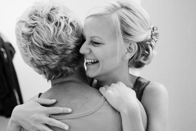 Hochzeitsfotografie Bremen- Hochzeitsdokumentation- Getting Ready- Braut umarmt ihre Mutter.