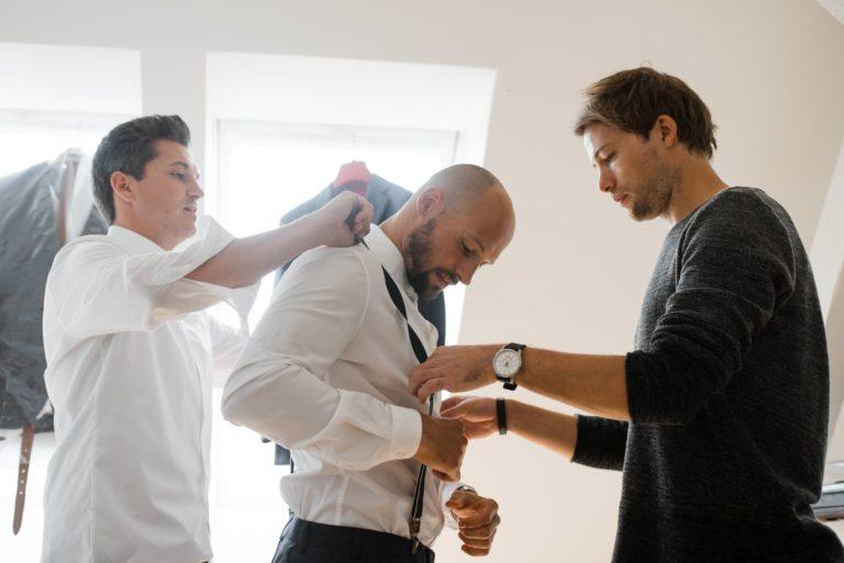 Hochzeitsfotografie Hamburg- Reportage Getting Ready- Hosenträger anlegen.