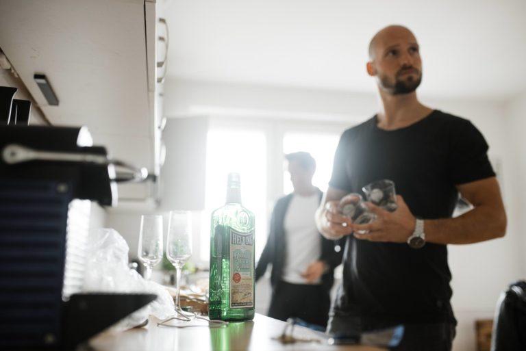 Hochzeitsfotografie Hamburg- Reportage Getting Ready- Schnaps trinken.
