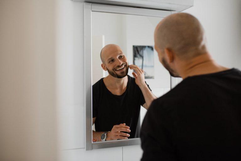 Hochzeitsfotografie Hamburg- Reportage Getting Ready- Bräutigam kontrolliert Rasur.