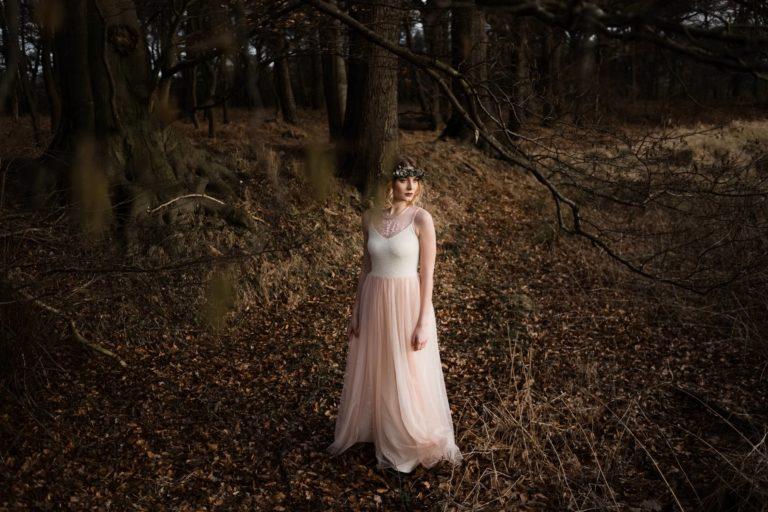 Brautmode Hamburg- Kollektion Spring- Rosefarbenes Hochzeitskleid mit Spitzenapplikation und Tüllrock.