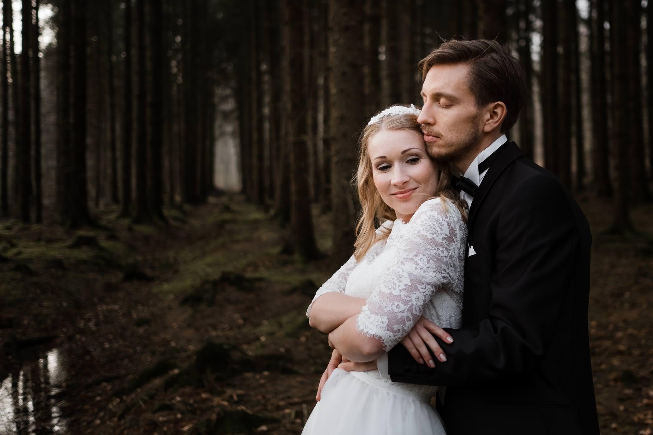 Frühlingshochzeit im Sachsenwald- Brautpaar kuschelt sich zusammen, Hochzeitsportraits im Sachsenwald bei Hamburg.