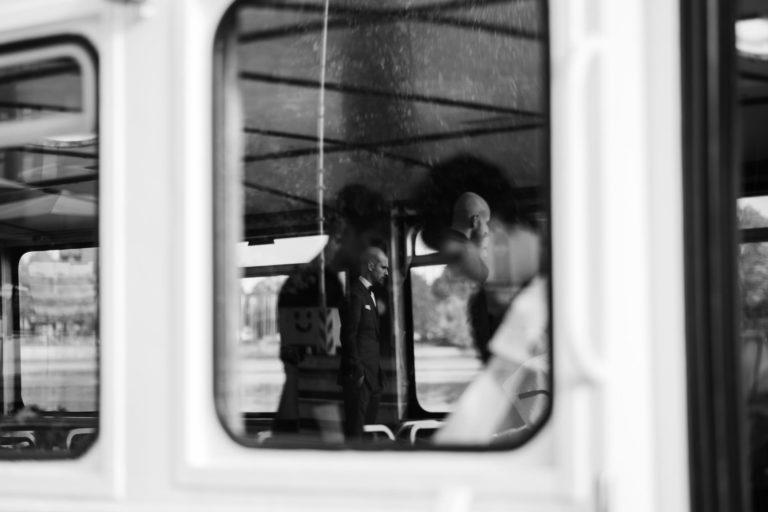 Standesamtliche Trauung Alsterdampfer- Spiegelung des Bräutigams im Fenster des Alsterdampfers.
