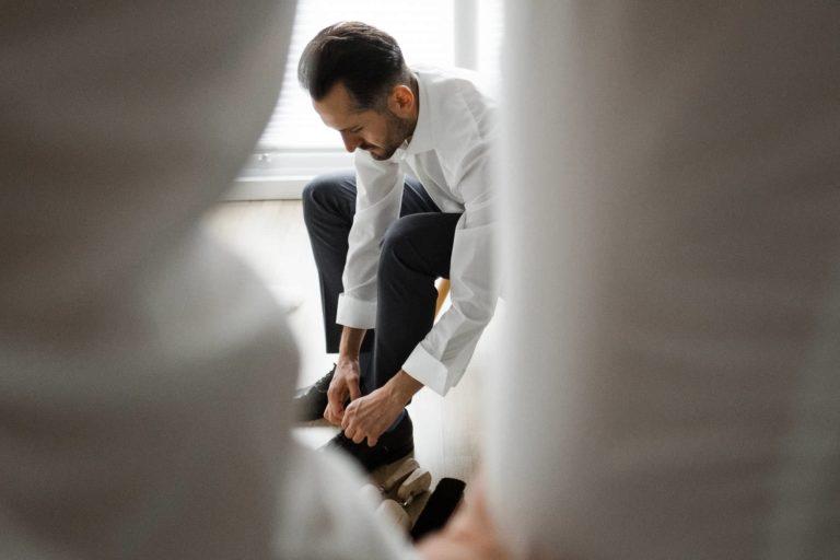 Hochzeitsfotografie Hamburg- Reportagebild- Getting Ready Bräutigam- Schuhe anziehen.