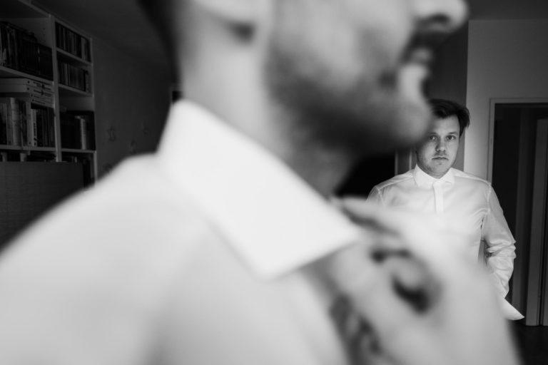 Hochzeitsfotografie Hamburg- Reportagebild- Getting Ready Bräutigam- Trauzeuge