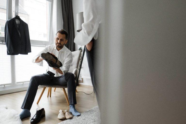 Hochzeitsfotografie Hamburg- Reportagebild- Getting Ready Bräutigam- Schuhe putzen.