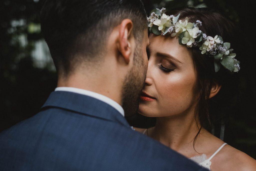 Hochzeitsfotografie Hamburg-Frau-Siemers-Hochzeitsbild eines Brautpaares-Das Paar küsst sich-Ein Moment der Zweisamkeit.