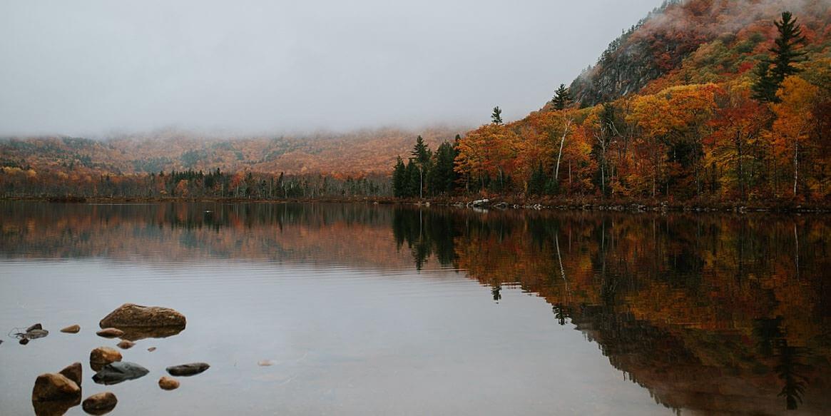 Hochzeitsfotografie-Frau-Siemers- Mein persönlich schönster Ort auf der Welt. Ein See in den White Mountains in Amerika. Es war nebelig und die Verfärbungen der Herbstes sieht man an den Blättern der Bäume.