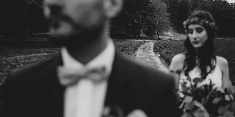 Hochzeitsfotografie-Frau-Siemers-Hochzeitsbild in der Fischeier Heide- Brautpaar steht etwas auseinander- der Fokus liegt auf dem Weg im Hintergrund