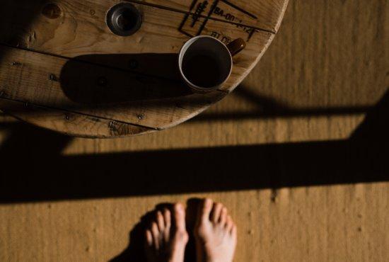 Portrait von Nicole Siemers. Das Bild ist ein Hochformat. Der Wind weht durch die Haare der Protagonistin.