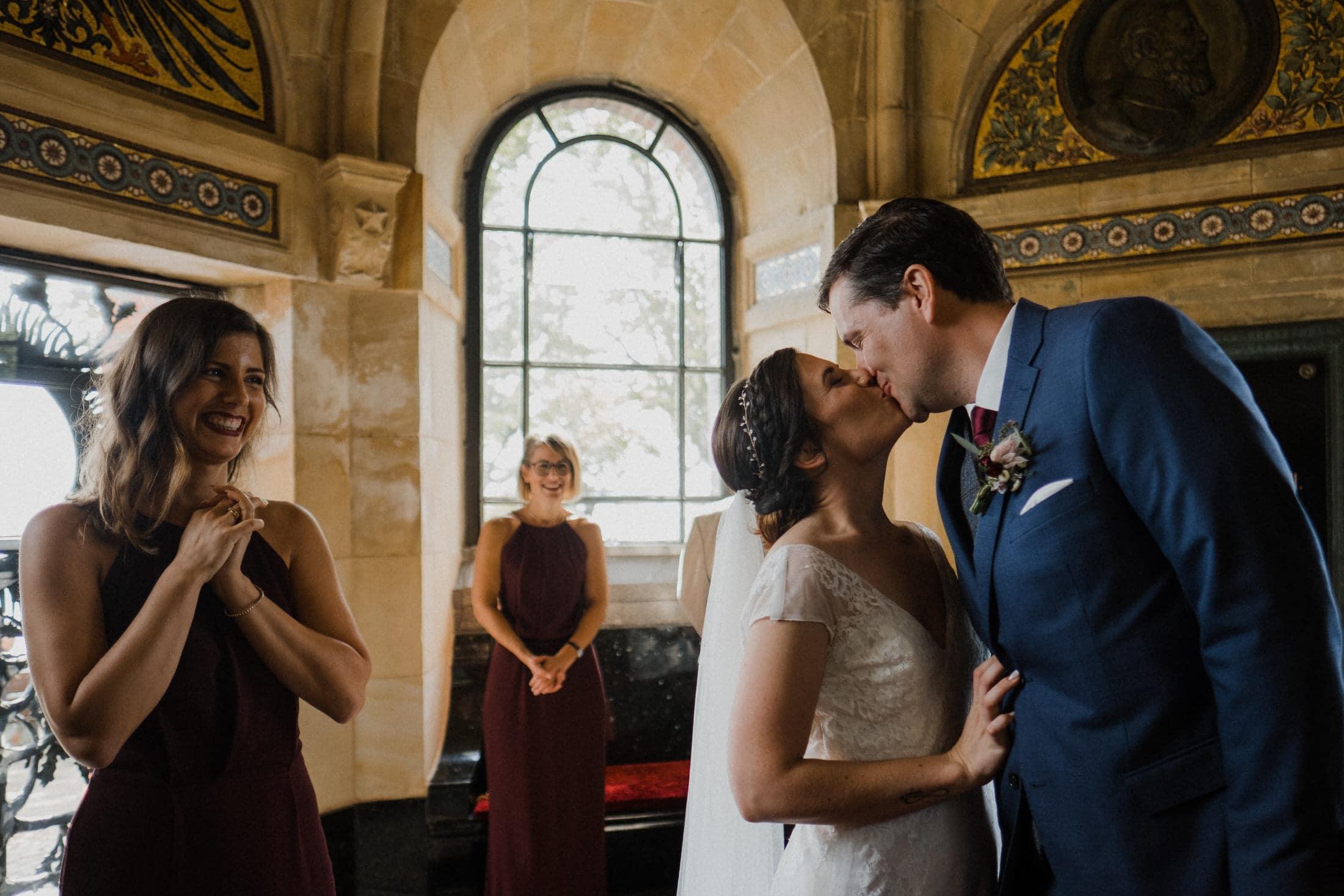 Hochzeitsfotografie Kiel- standesamtliche Trauung Leuchtturm- Hochzeitskuss