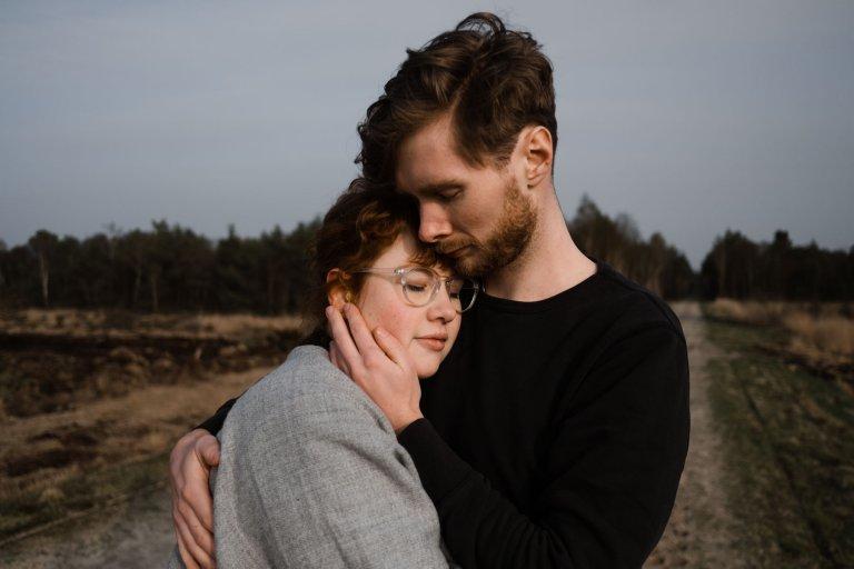 ein Paar steht vor der Landschaft des Uchter Moor, der Mann hält die Frau in seinem Arm