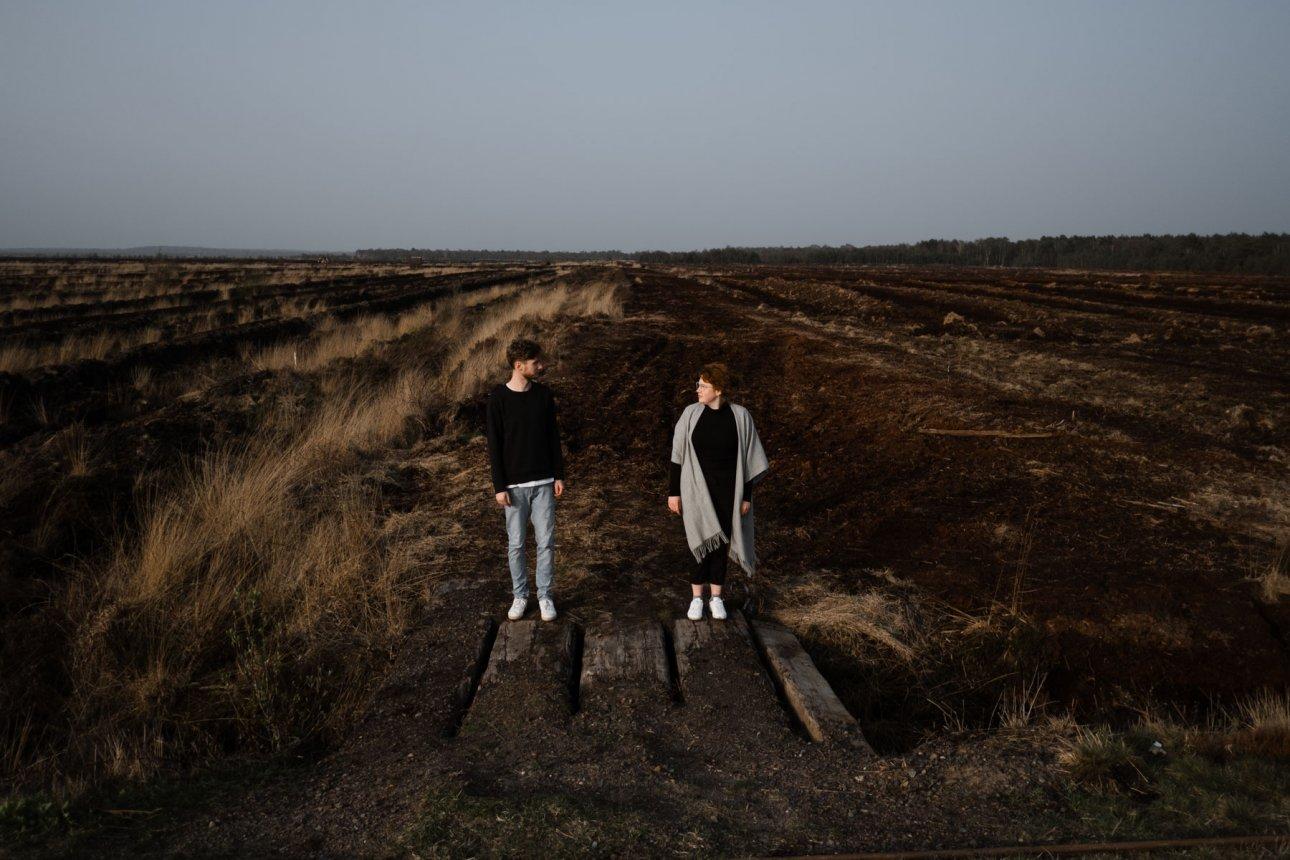 ein Paar steht vor der Kulisse des Uchter Moor