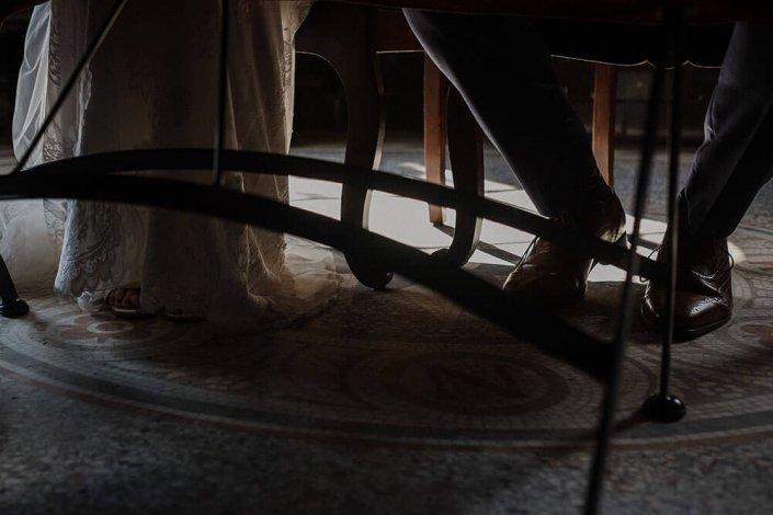 Hochzeitsfotografie Kiel - Diese Bild entstand währen der standesamtlichen Trauung eines Brautpaares. - Es sind die Füße der Braut und des Bräutigams zu sehen. Das Licht umspielt die Silhouette der Füße.