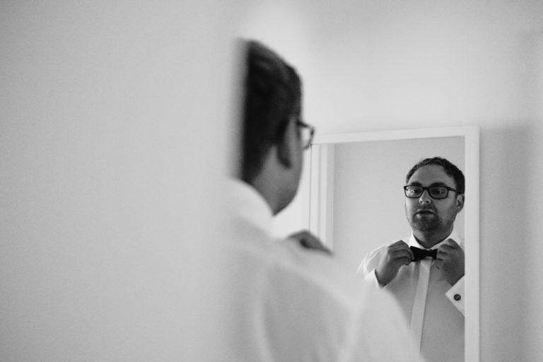 Hochzeitsfotografie Sankt-Peter-Ording- Getting Ready Bräutigam- Fliege sitzt