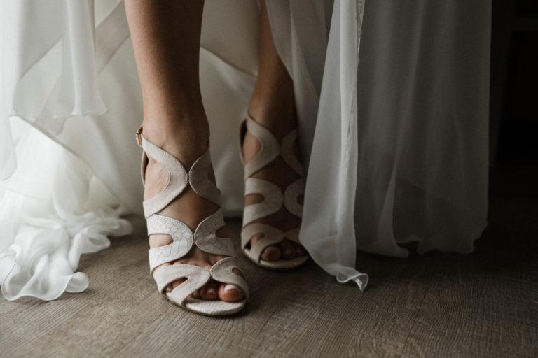 Hochzeitsfotografie Sankt-Peter-Ording- Getting Ready Beach Motel- Brautschuhe anziehen.