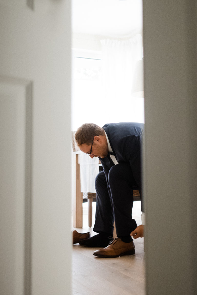 Hochzeitsfotografie Sankt-Peter-Ording- Getting Ready Bräutigam- Schuhe anziehen