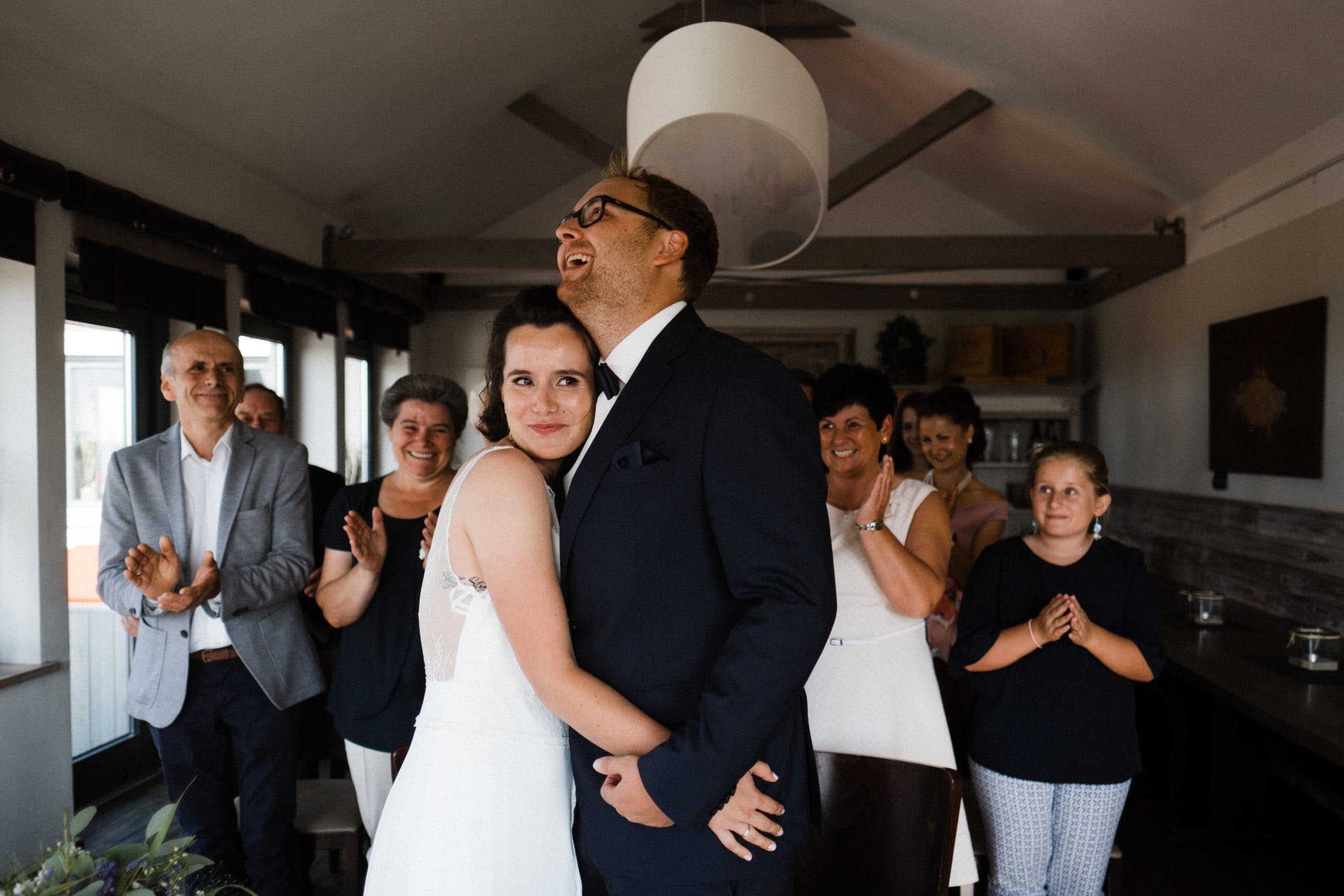 Hochzeitsfotografie Sankt-Peter-Ording- Standesamtliche Trauung frisch verheiratet. Gäste applaudieren