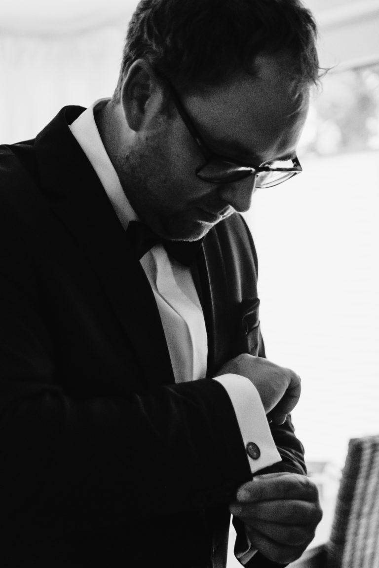 Hochzeitsfotografie Sankt-Peter-Ording- Getting Ready Bräutigam- Manschettenknöpfen anziehen