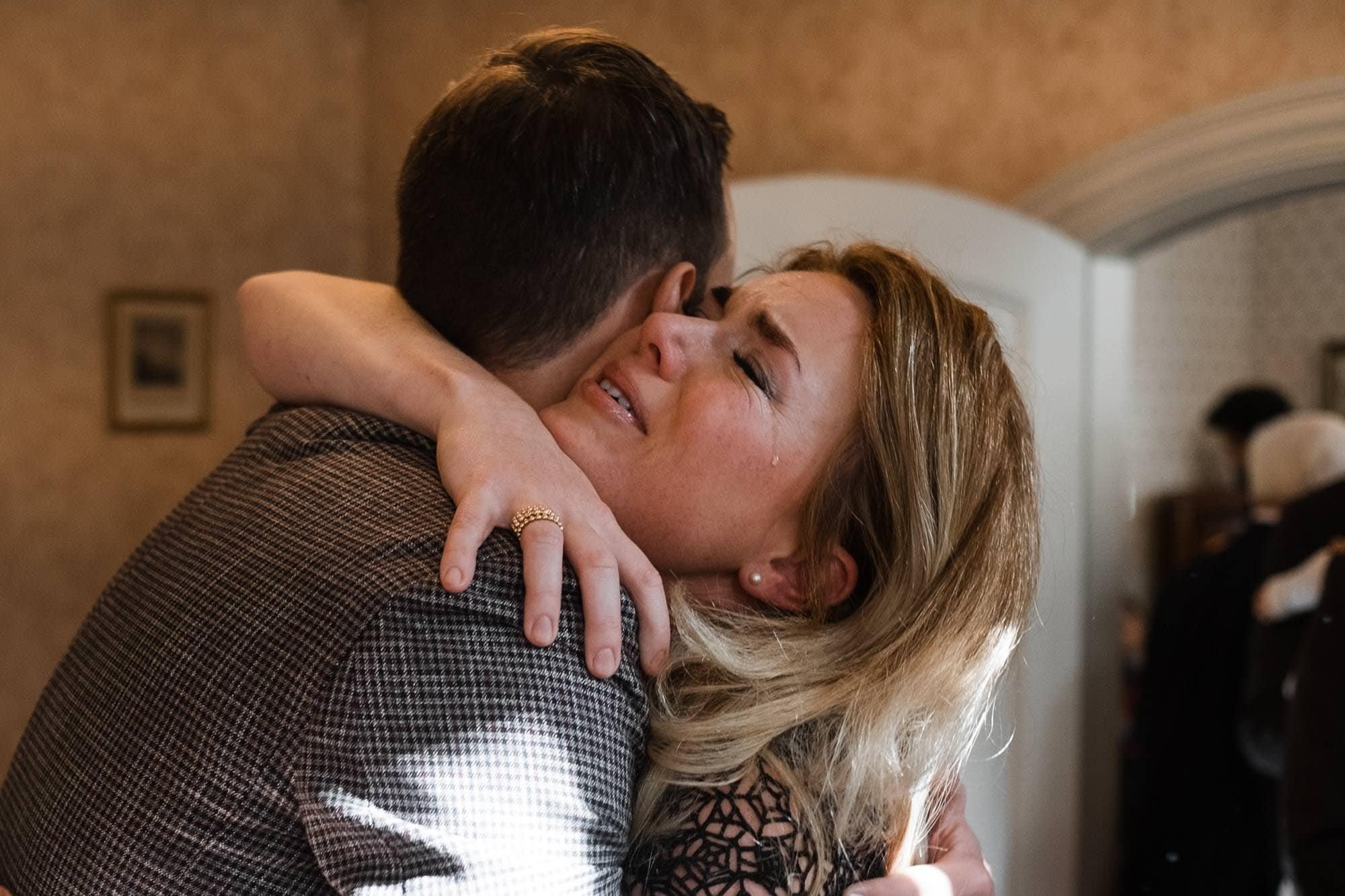 Stavenhagenhaus- Standesamtliche Hochzeitsfotografie Hamburg- Queer Wedding- Gratulation der Trauzeugin- Tränen der Rührung.