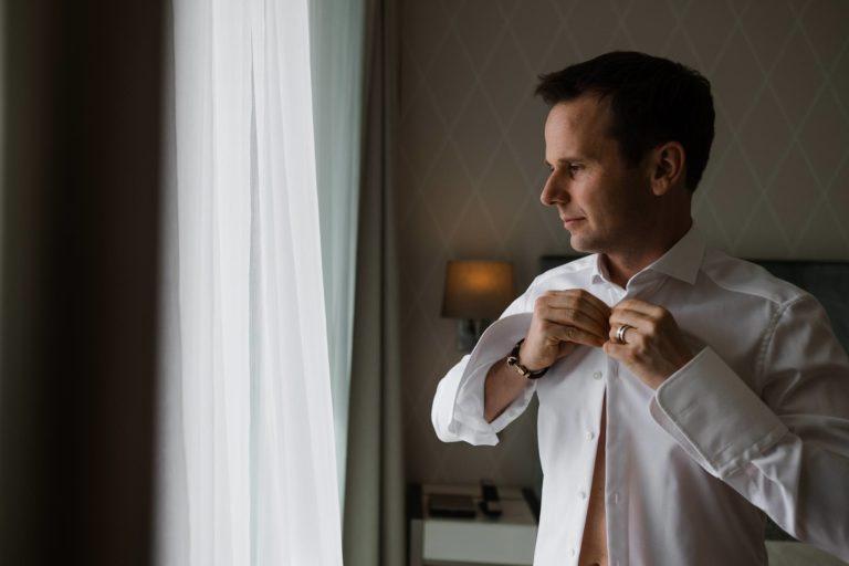 Queer Wedding- Getting Ready. Hemd zuknöpfen