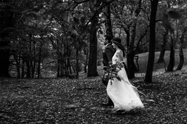 After Wedding Session- Hamburg- Schwarz-Weiß Aufnahme. Brautpaar in Bewegung. Auf dem Weg in die Fischebeker Heide.