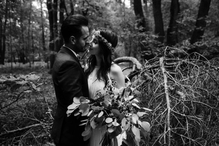 After Wedding Session- Hamburg-Schwarz-Weiß Aufnahme Brautpaar. Moment vor dem Kuss.