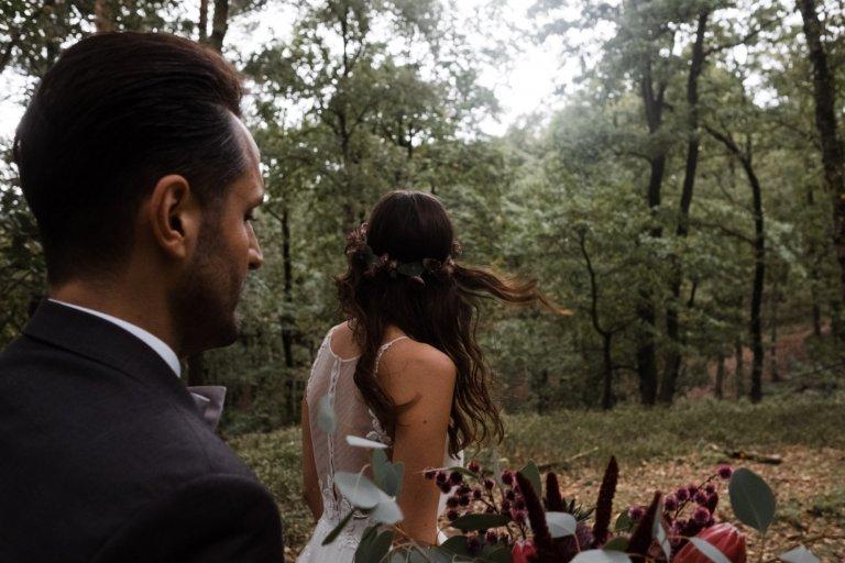 After Wedding Session- Hamburg-Brautpaar in Bewegung. Spaziergang durch die Fischeier Heide.