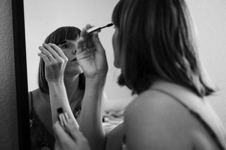 Braut schminkt sich mit Mascara.