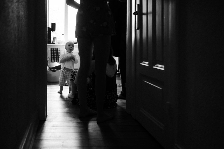 Ein Kleinkind schaut im Verlauf des Getting Readys zu den Eltern hinauf.