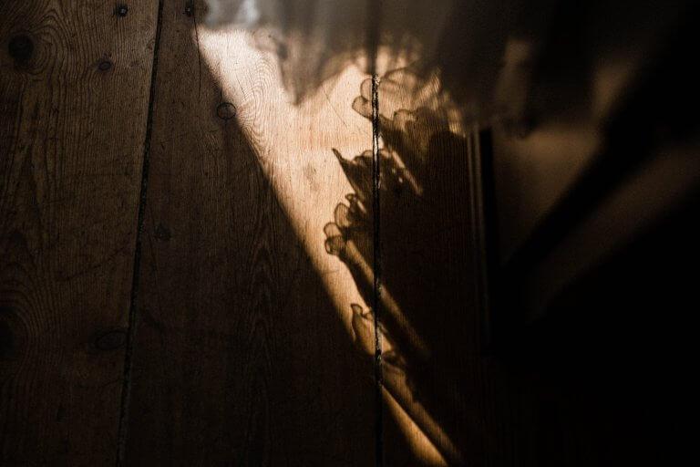 der Schattenwurf des Kleides auf dem Holzboden in der Villa