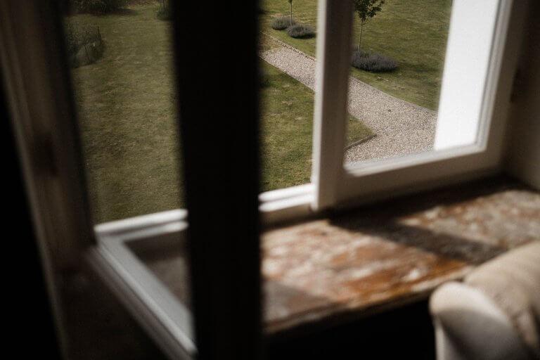 der Blick aus dem Fenster in der Villa nach draußen in den Garten