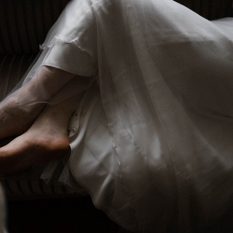 die Braut liegt auf dem Sofa in der Villa, zu sehen sind nur die Beine der Braut, die ist Barfuß