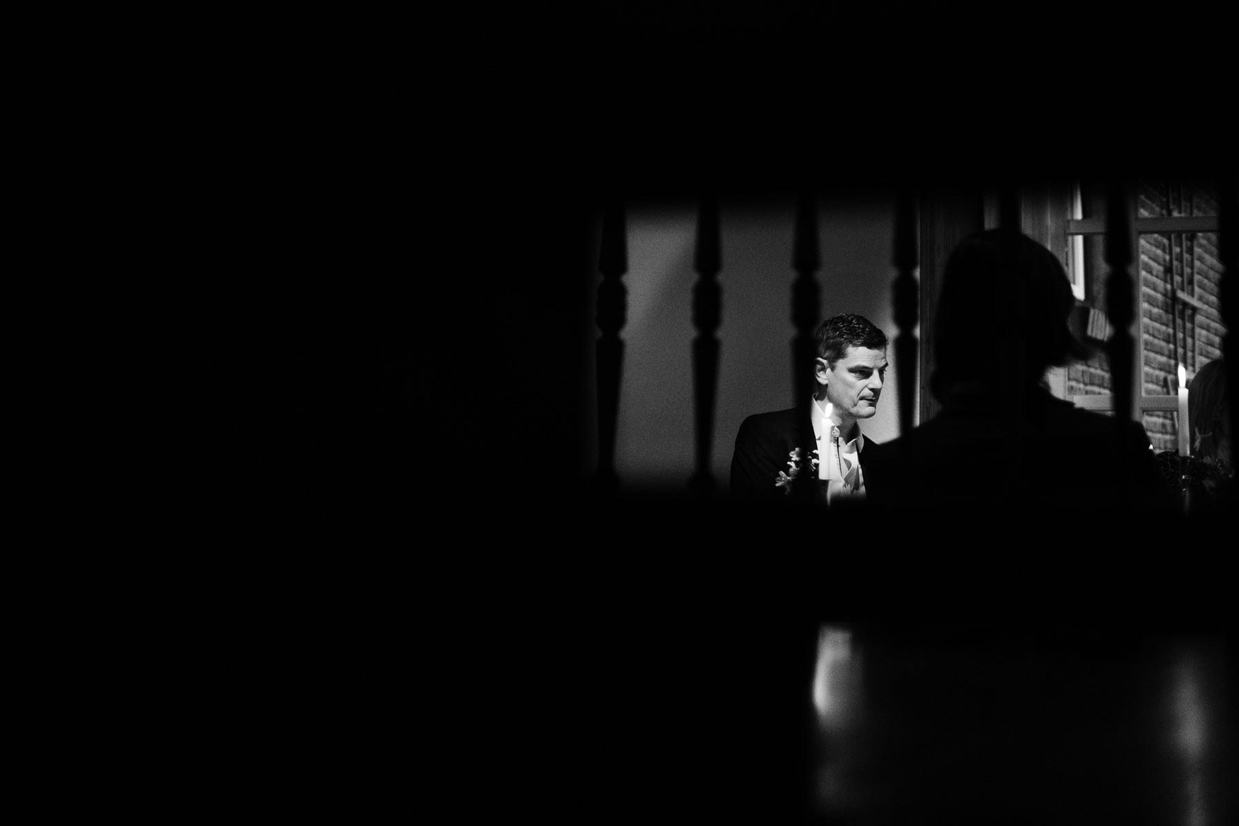 ein Mann steht hinter einem Treppengeländer