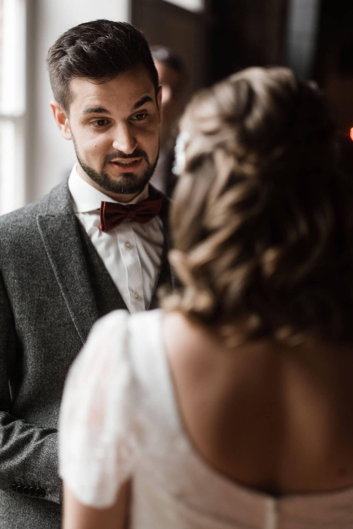 die Braut und der Bräutigam stehen sich gegenüber, sie schauen sich an