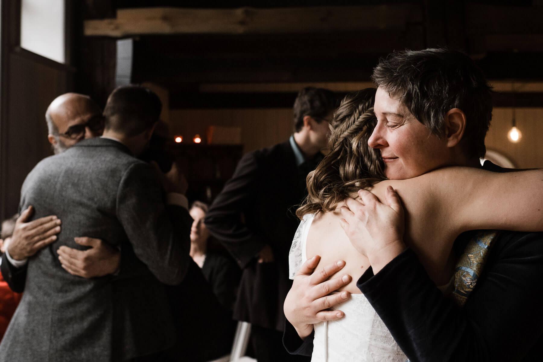 die Gäste gratulieren dem Brautpaar, sie sind in einem Trauzimmer eines Landhauses