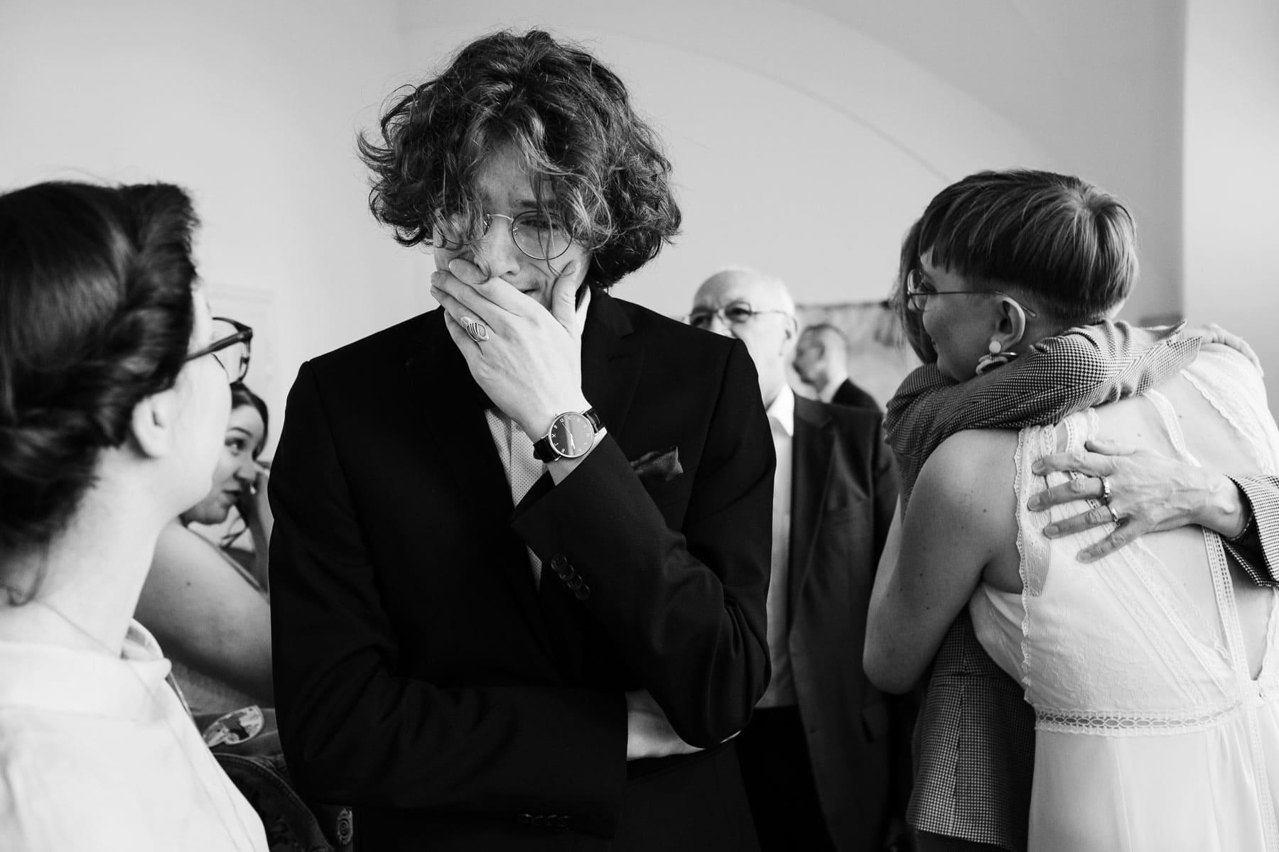 Der Bruder der Braut ist unglaublich gerührt und freut sich für das Hochzeitspaar.