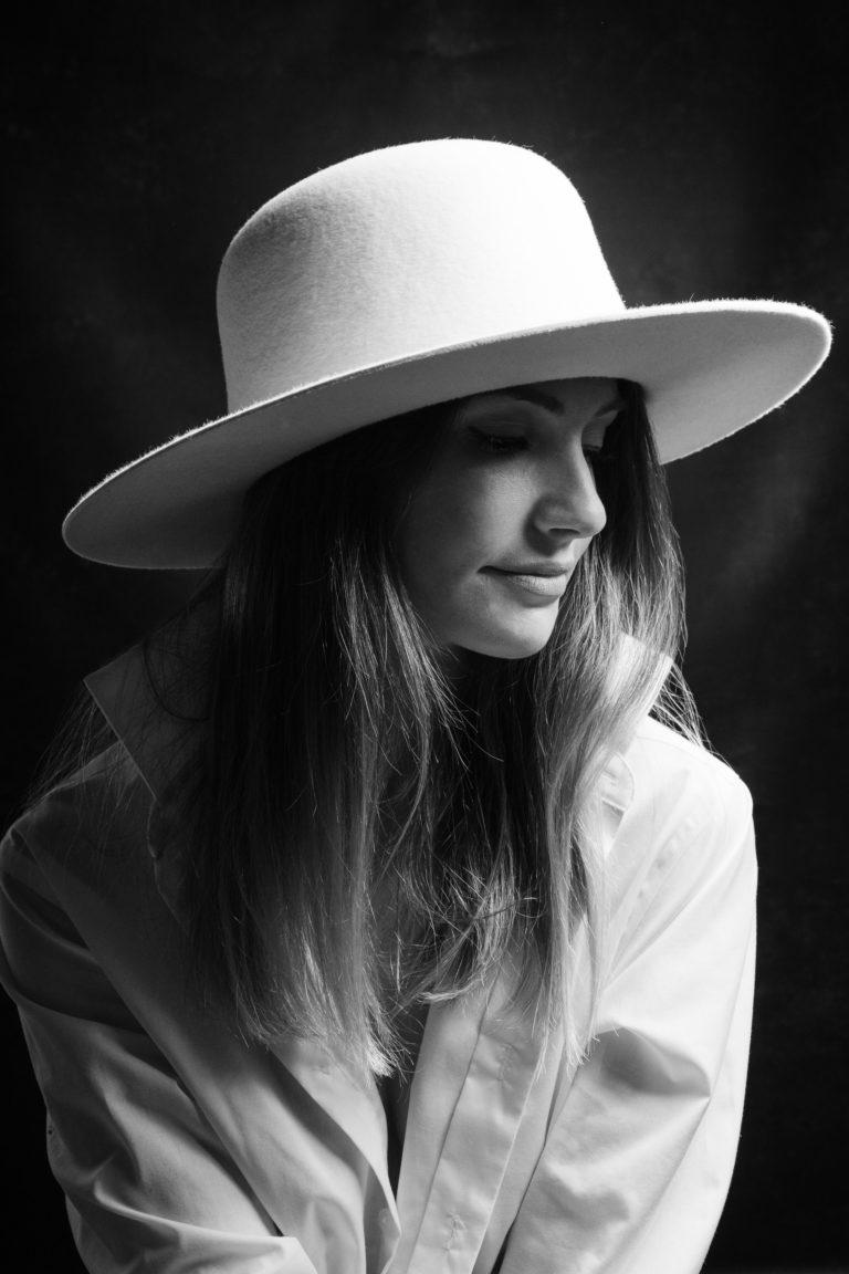 Editorial- Rotkäppchen Design- Portrait Hutmanufaktur- weißer Hut, Studioaufnahme